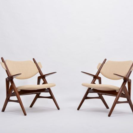 Pair-of-Mid-Century-Modern-chairs-in-the-style-of-Hans-Wegner-Sawbuck-chair